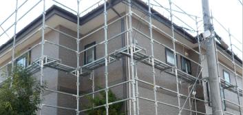 施工のために足場を組んだ住宅